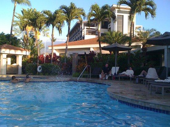 Maui Coast Hotel: Pool view facing hotel