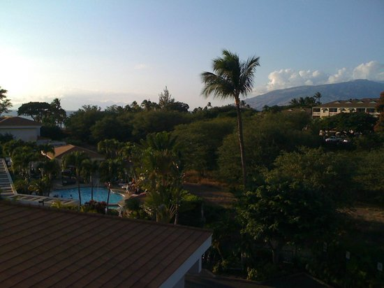 Maui Coast Hotel: View of pool area from hotel elevator
