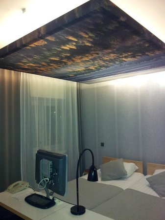 ‪‪Hotel Helka‬: Bed with forest view on ceiling!‬