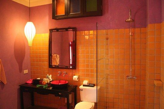 Shanghai Mansion Bangkok: Salle de bain de la suite