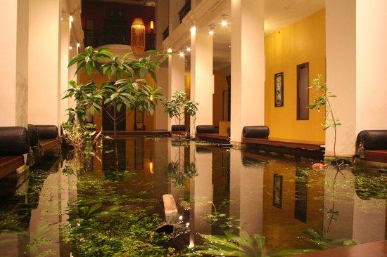 Shanghai Mansion Bangkok: Bassin à l'interieur de l'hotel