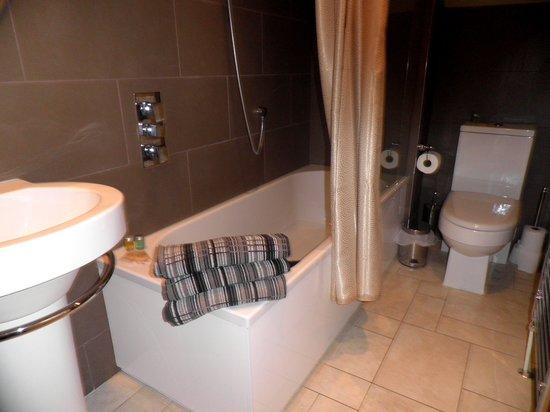 Destination Edinburgh York Place Apartments: 1st Bathroom