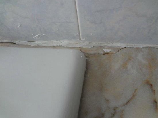 Hotel Cervo Milan: Bad repair behind sink