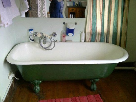 Tudor House Inn: Old bath tub