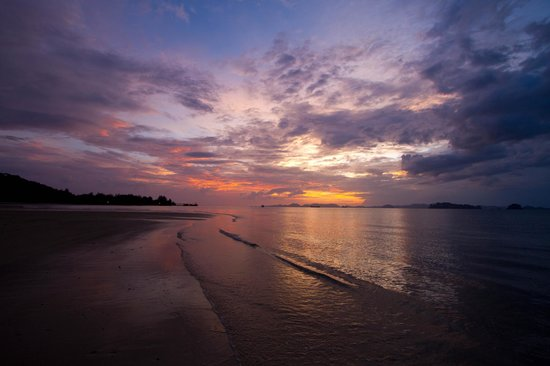 The Tubkaak Krabi Boutique Resort: Sunset at hotel beach