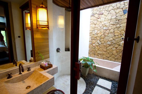 The Tubkaak Krabi Boutique Resort: Outdoor shower and tub....fantastic!!