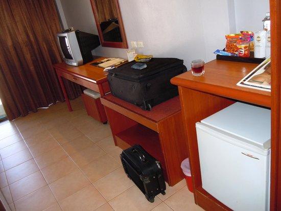 โรงแรม ซี&เอ็น: frig tv