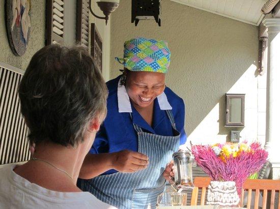 Parker Cottage: Frukost ute på terassen, glad och vänlig personal