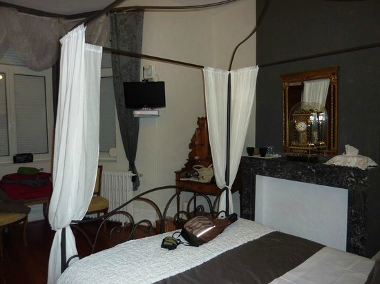 Le Chateau : Grey and white room on first floor.