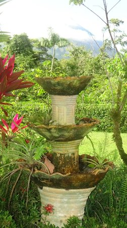 Arenal Manoa Hotel: fountain behind the lobby