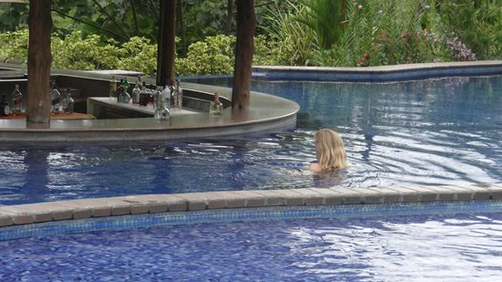 Arenal Manoa Hotel: one of 2 pool bars