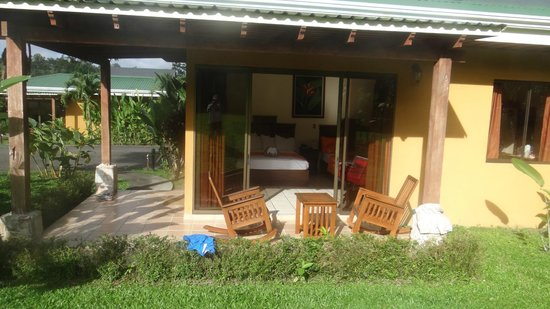 Arenal Manoa Hotel: patio with rocking chairs and a table. The wood is beautiful.