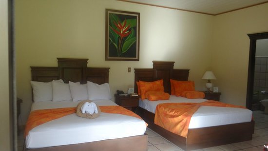 Arenal Manoa Hotel: our rooms - no kings only queens