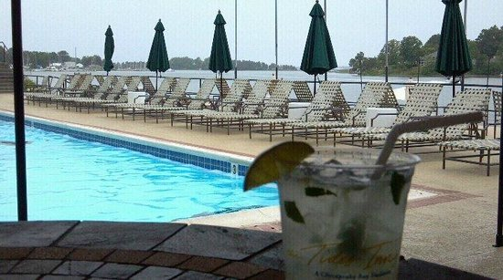 The Tides Inn: Lancaster Lemonade poolside above beach