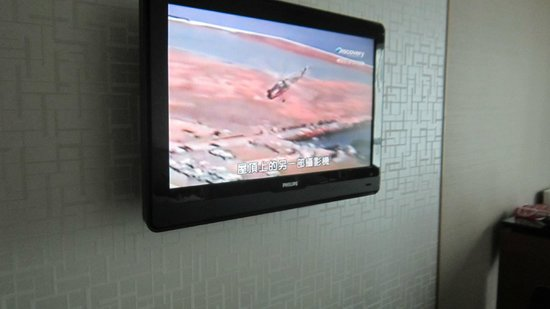 Grand Mercure Singapore Roxy: A flat screen TV with good channels