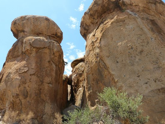 Ai-Aiba The Rock Painting Lodge: Rochers sculptés