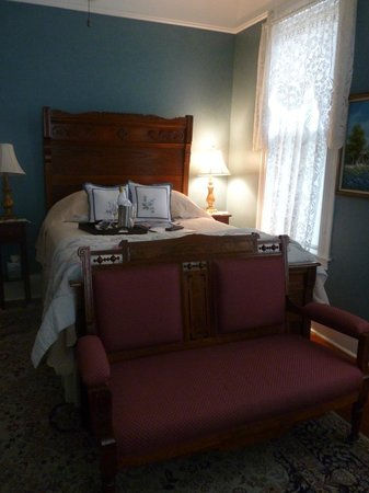 Brackenridge House Bed and Breakfast: Bed with Champagne