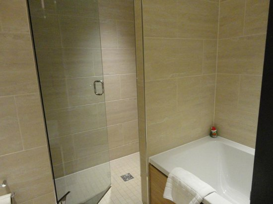 Apex Temple Court Hotel: Spotless bathroom with shower and bath