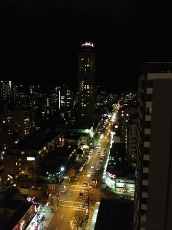 Blue Horizon Hotel: Robson St towards Stanley Park