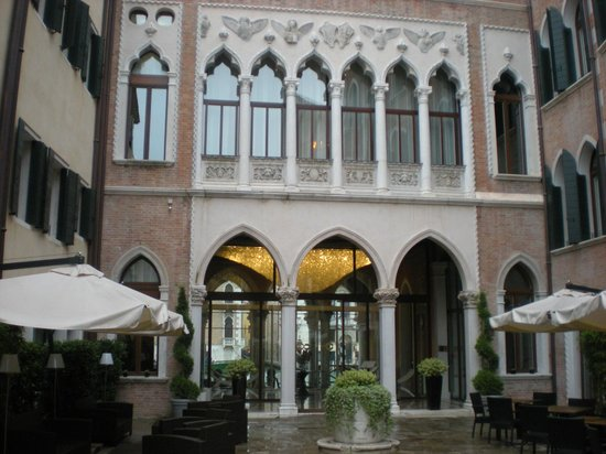 Centurion Palace: Entrance - lovely even in the rain!