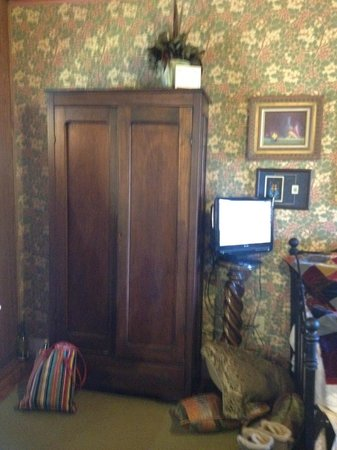 Fairlawn Inn: small flat-screen tv, and an old, poorly functional closet without a handle
