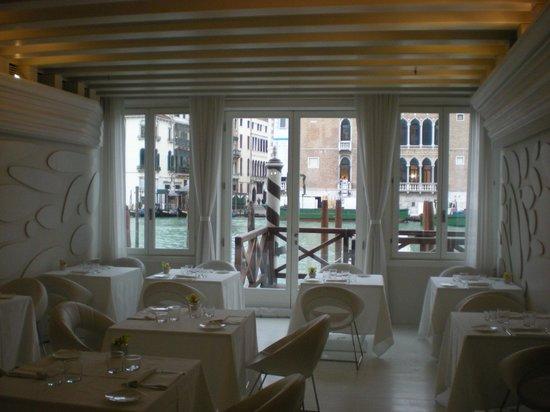 โรงแรมเซนจูเรียน พาเลซ: Dining Room with a view!