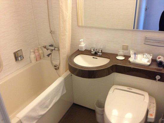 Hotel Mets Akabane: バスルーム バスタブは結構広い。