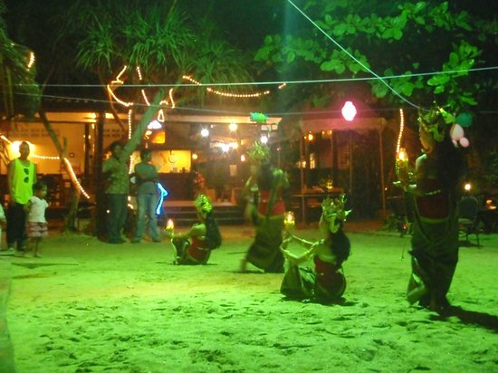 Lanta Nice Beach Resort: tuesday night cultural and fire show