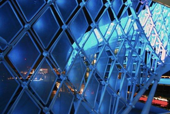 Yas Viceroy Abu Dhabi: LIGHTSHOW OUTSIDE