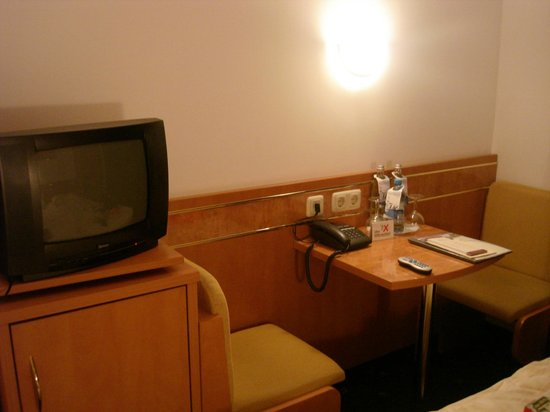 Hotel Weinhaus Fuhrmann: small but adequate seating area in the room