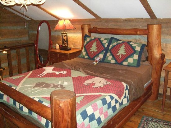 Pilot Knob Inn: Another view of our bed