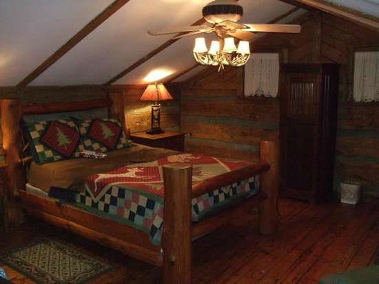 ‪‪Pilot Knob Inn‬: Our bedroom-ck out that bed