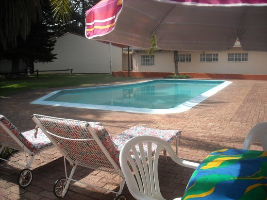 Ingrid`s Lodges: Relaxing/very clean pool for guests with new lounge chairs/tables