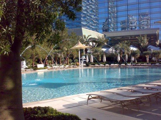 ARIA Resort & Casino: Vista di una delle piscine esterne