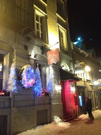 Auberge Place D'Armes: Hotel exterior decorated for Christmas