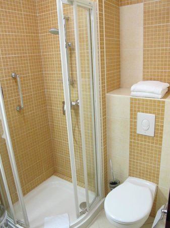Benczur Hotel: shower