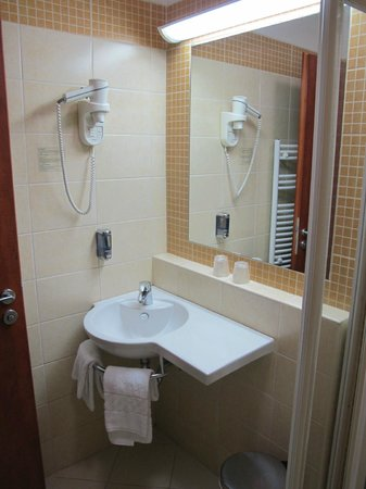 Benczur Hotel: bathroom