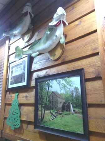 Smokehouse Grill & Buffet: Lodge Decor