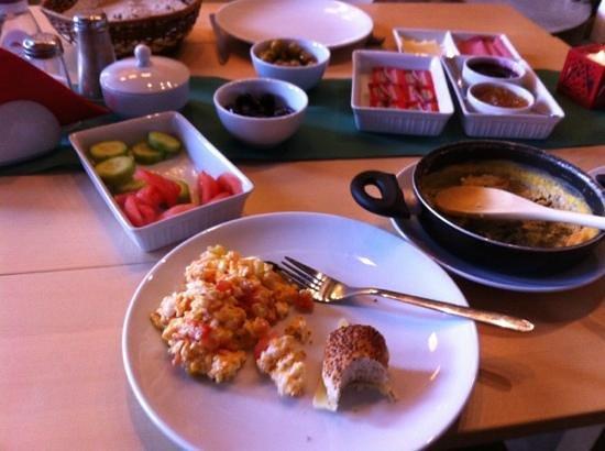 بيرادايز: Typical, glorious breakfast. enough to keep you going all day. 