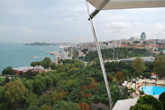 Swissotel The Bosphorus: View when eating breakfast outdoor at the executive lounge