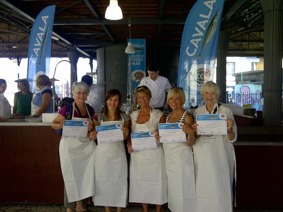 Lisbon Stories: Sam, Catia, Rondi, Connie and Cherry showing the cooking workshop's certificates
