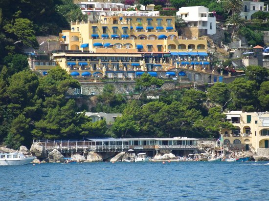 Hotel Weber Ambassador Capri: View of the hotel from a private boat
