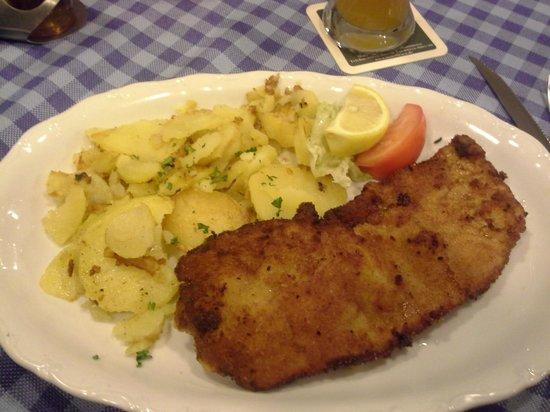 Zum Brünnstein: Schnitzel Muenchener Art with potato salad