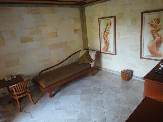 The Royal Pita Maha: Living room 111