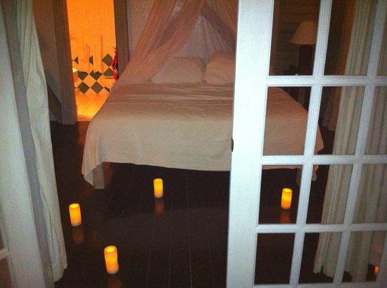 Cocobay Resort: Sorpresa con candele romantiche
