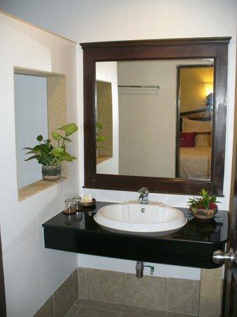 Laluna Hotel and Resort: Baño amplio