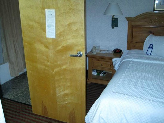 Best Western Plus Executive Suites: Bathroom door blocks access to bed