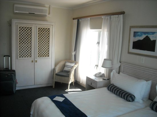 Simon's Town Quayside Hotel and Conference Centre: Closets and second corner windows-room 208