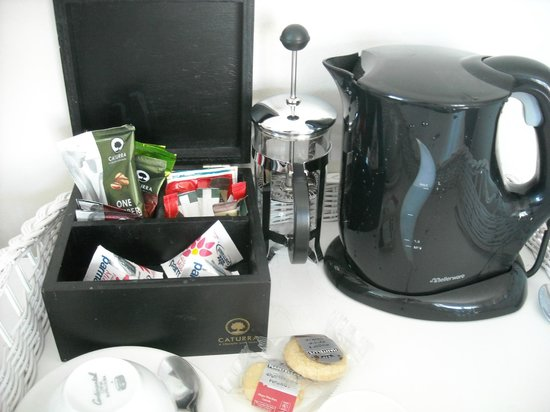 Simon's Town Quayside Hotel and Conference Centre: Tea kettle and biscuits replenished daily