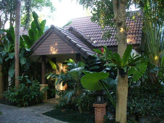 Laluna Hotel and Resort: Recepción y jardines
